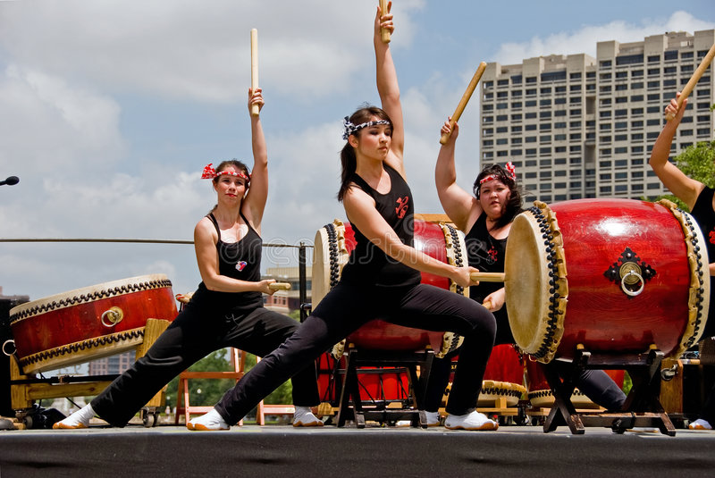 Drie vrouwelijke drumers in prestaties Taiko stock fotografie