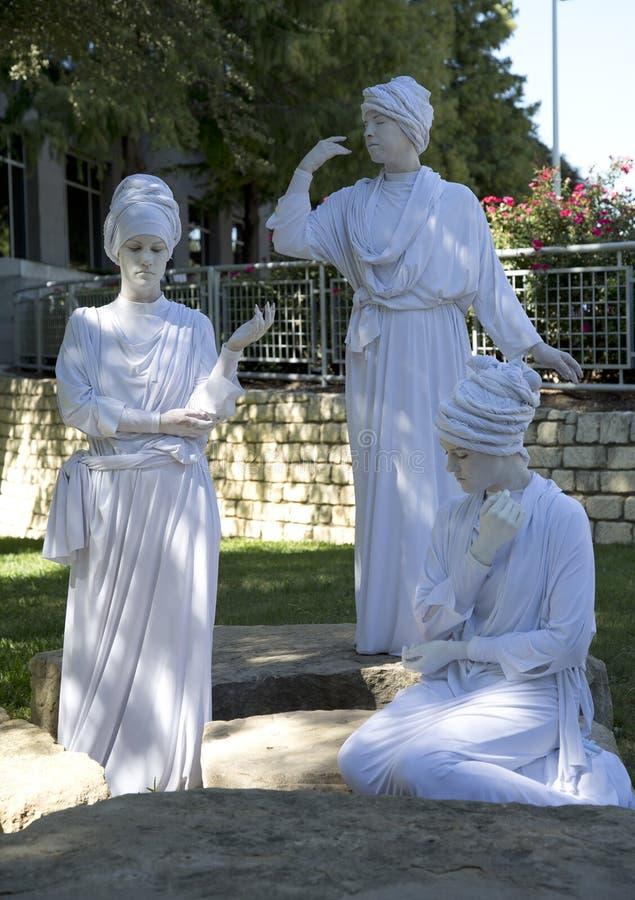 Drie vrouwelijke menselijke beeldhouwwerken die tulbanden dragen royalty-vrije stock foto's