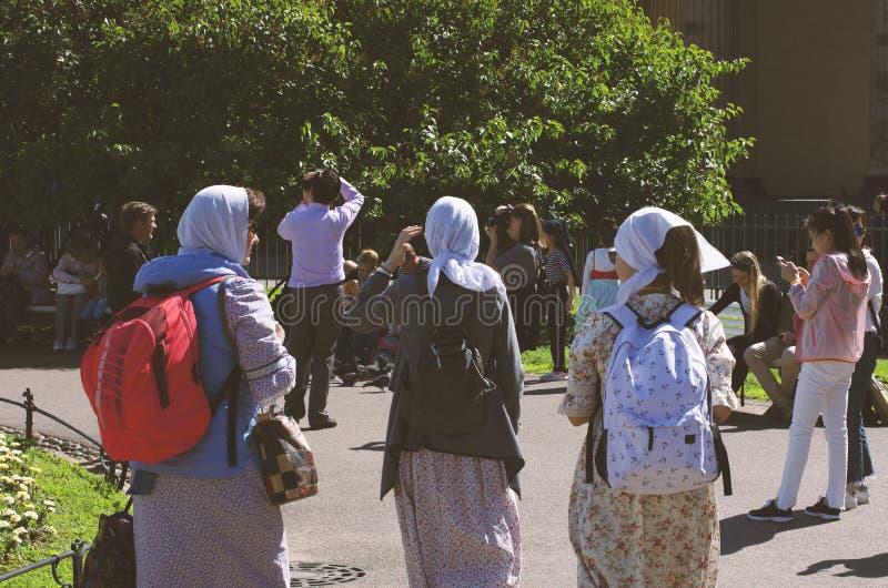 Drie vrouwelijke pelgrims op een de zomerdag die in kleren wordt verpakt royalty-vrije stock afbeeldingen
