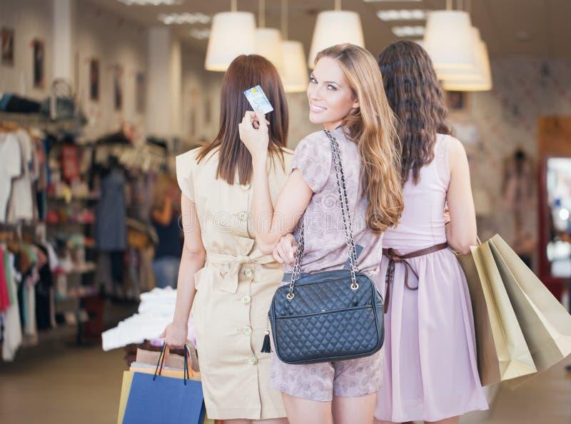 Drie Vrouwen die samen winkelen stock foto