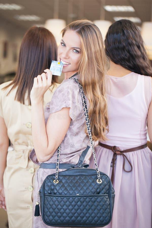 Drie Vrouwen die samen winkelen royalty-vrije stock afbeelding