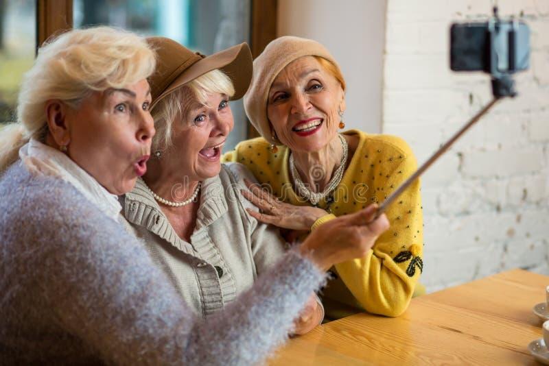 Drie vrouwen die selfie nemen royalty-vrije stock foto's