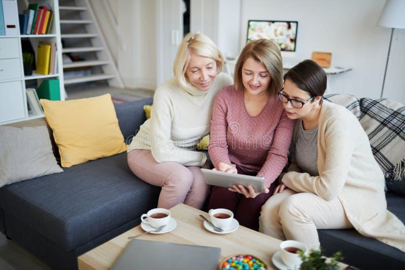 Drie vrouwen die tablet gebruiken royalty-vrije stock foto's