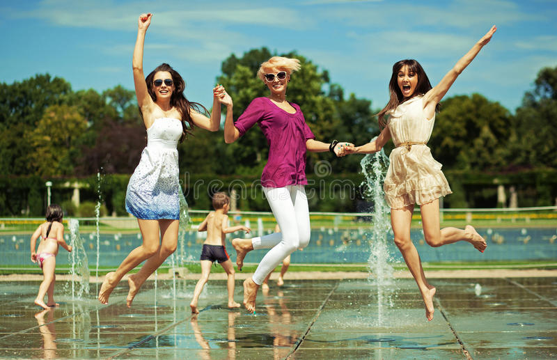Drie vrouwen het ontspannen royalty-vrije stock afbeeldingen
