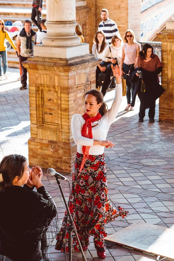 Drie vrouwen in traditionele kostuums dansen Spaans flamenco op het plein DE Espana op Februari 2019 in Sevilla stock afbeeldingen