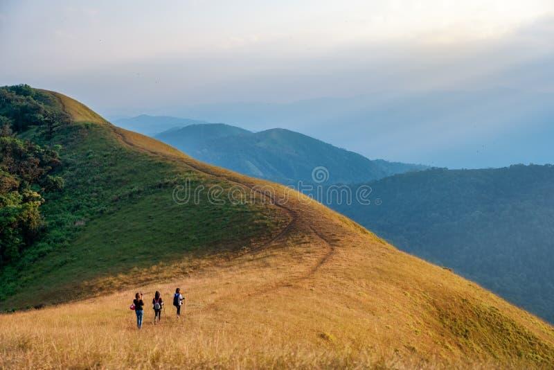 Drie vrouwentrekking op een hoge berg stock afbeeldingen