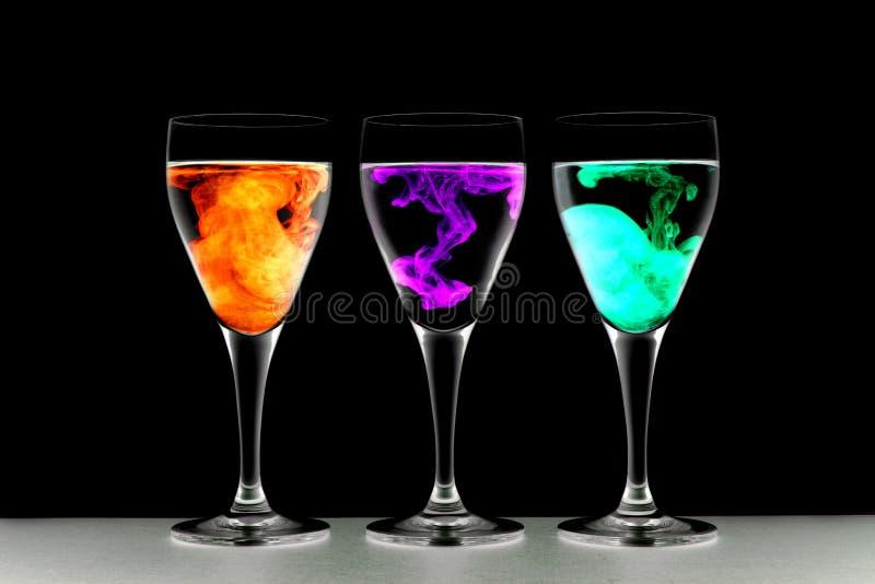 Drie wijnglazen met voedselkleuring royalty-vrije stock foto