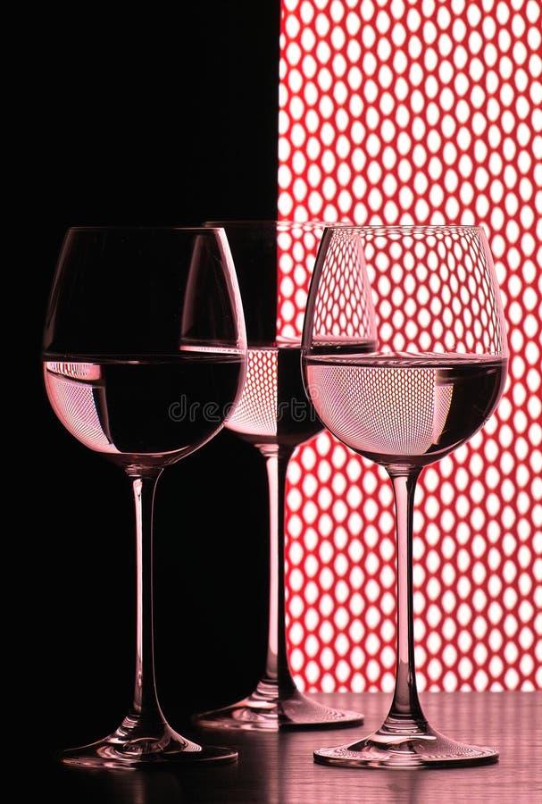 Drie wijnglazen over net stock afbeeldingen