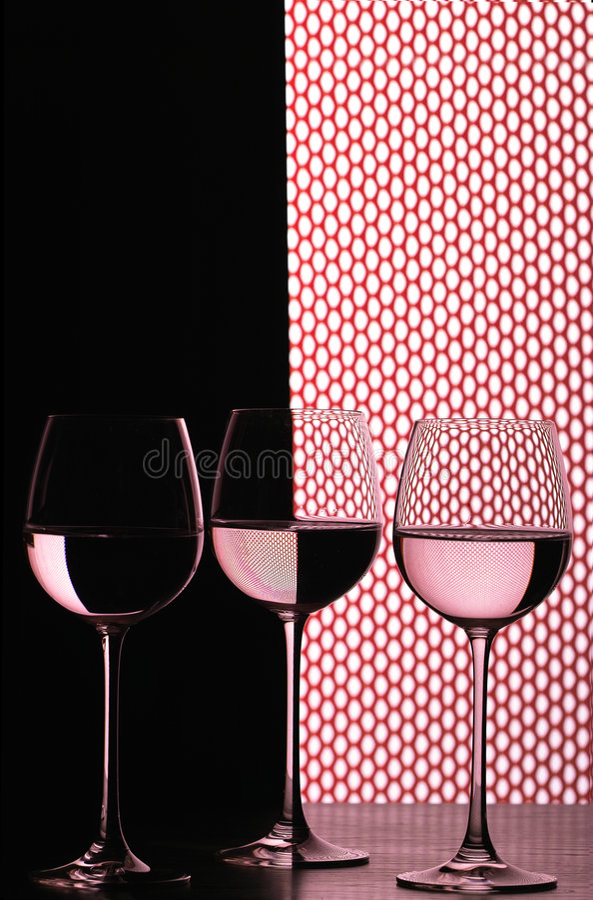 Drie wijnglazen over net royalty-vrije stock afbeelding