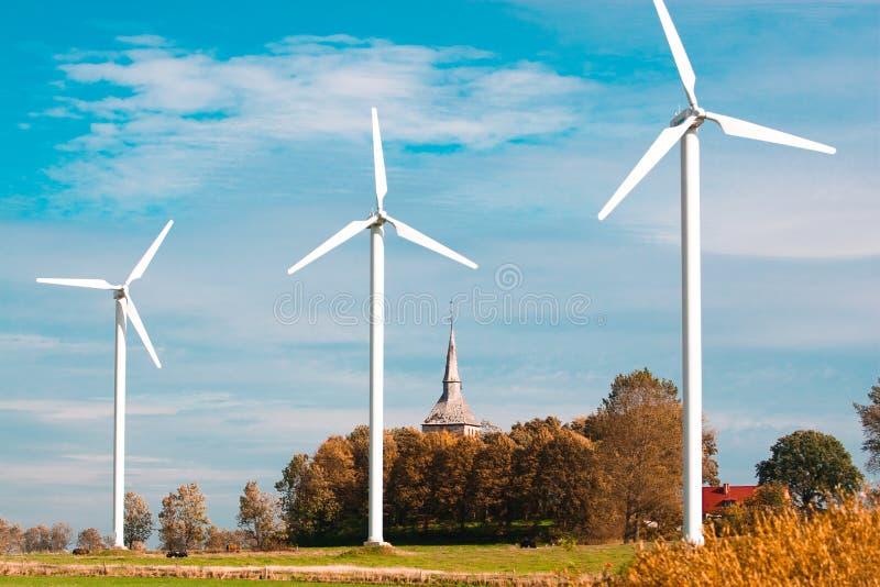 Drie windlandbouwbedrijven en kerk royalty-vrije stock foto's