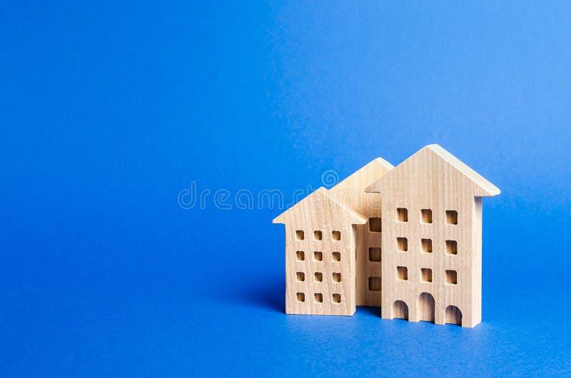 Drie woningbouwbeeldje Het concept het kopen en onroerende goederen verkopen, het huren Zoeken voor een flatgebouw royalty-vrije stock afbeeldingen