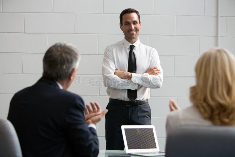 Drie zakenlui tijdens een vergadering royalty-vrije stock afbeeldingen