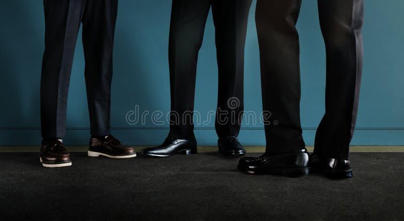 Drie zakenman die bij de muur staat 3 Zakelijke partners of Teamwork royalty-vrije stock afbeeldingen
