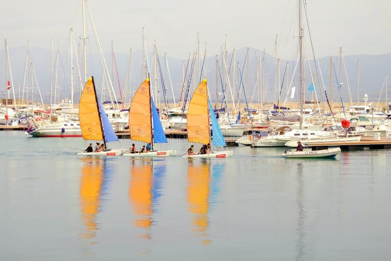 Drie zeilboten met onbekende personen op de haven van Ajaccio, Corsica, Frankrijk stock foto