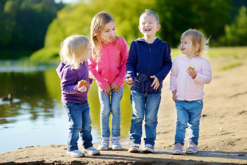 Drie zusters en hun broer die pret hebben stock fotografie
