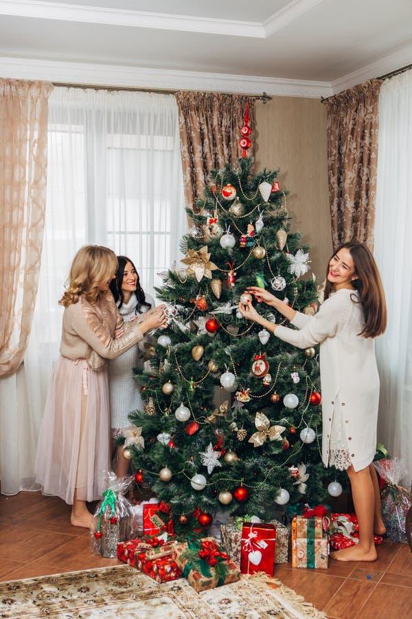Drie zusters verfraaien de Kerstboom stock afbeeldingen