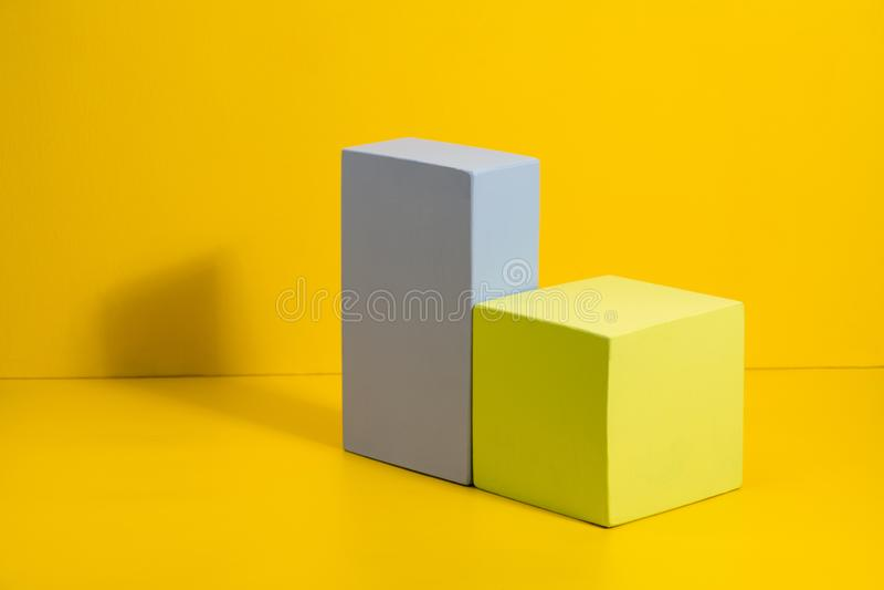 Driedimensionele stevige vormen op gekleurd document royalty-vrije stock afbeelding