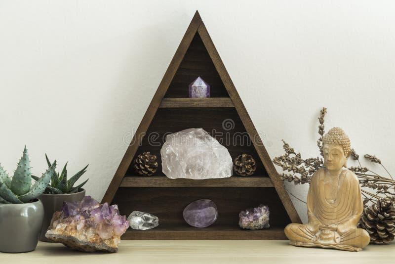 Driehoekig Crystal Shelf met Succulent Installatiesgebladerte en Houten Standbeeld van Boedha stock foto's