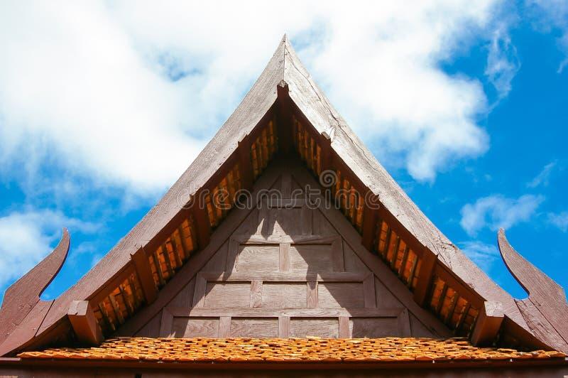 Driehoekig eind van een dak, Traditionele Thaise stijlgeveltop op ro royalty-vrije stock foto