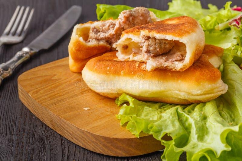 Driehoekige Russische belyashi met vlees royalty-vrije stock foto's