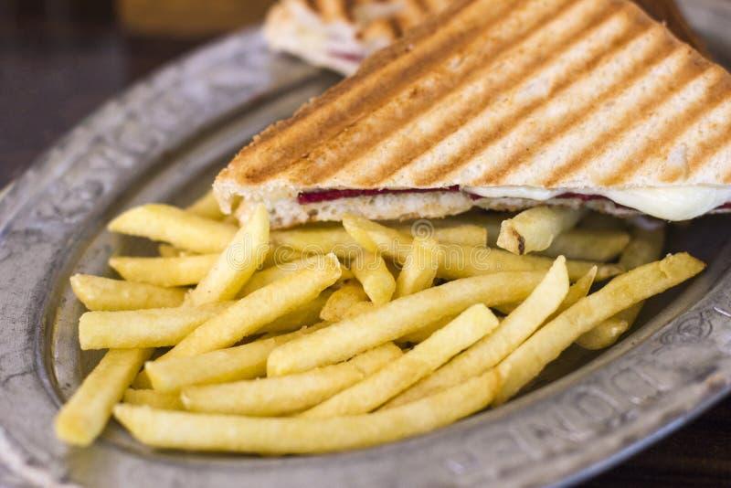 Driehoekige toost met kaas en ham op een oud blik met Fr stock fotografie