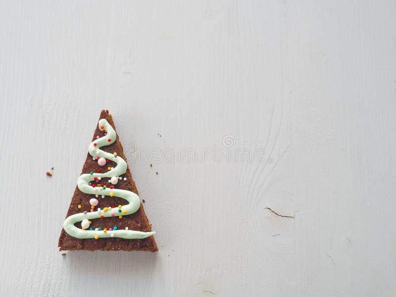 Driehoeksbrownie als Kerstboom wordt verfraaid die Eigengemaakt Kerstmisgebakje exemplaar ruimte voor uw tekst verontreiniging op stock foto
