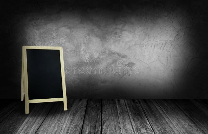 Driepootbord in binnenlandse ruimte met grijze steenmuur stock afbeeldingen