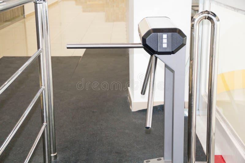 Driepootturnstile met elektronische kaartlezer is gesloten van veiligheidsturnstile Isometrische turnstile isometrisch stock afbeeldingen