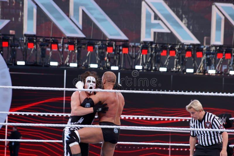 Drievoudige h-knieën Sting aangezien zij lock-up in ring tijdens gelijke royalty-vrije stock foto's