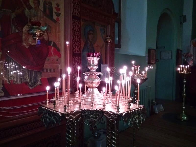 Drievuldigheidskathedraal van de brandende kaarsen van Novosibirsk 2019 in een Kerk bij pictogrammen van een de godsdienstige fes stock foto's