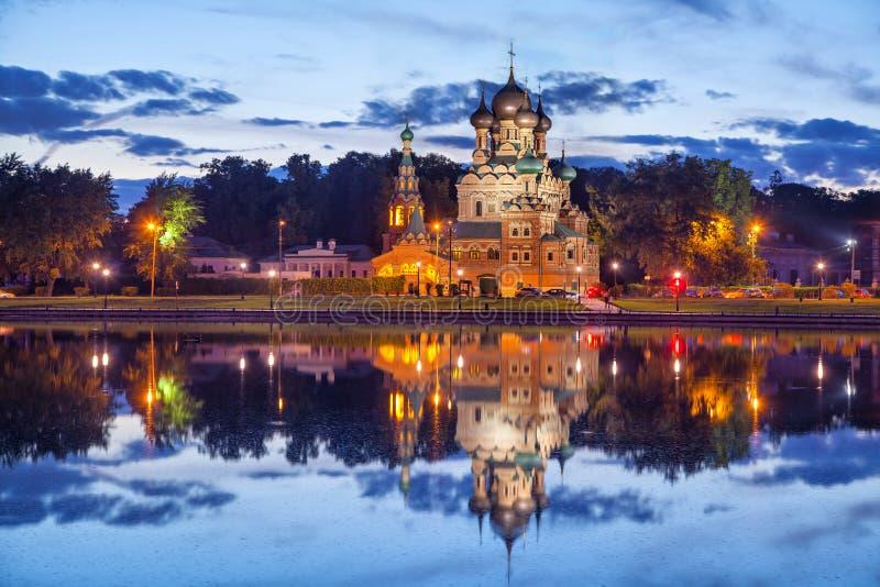 Drievuldigheidskerk die in Ostankino-vijver nadenken royalty-vrije stock afbeeldingen