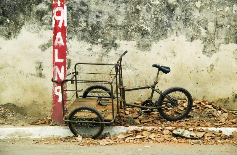 Driewieler die aan een post in Nicaragua wordt geketend royalty-vrije stock foto