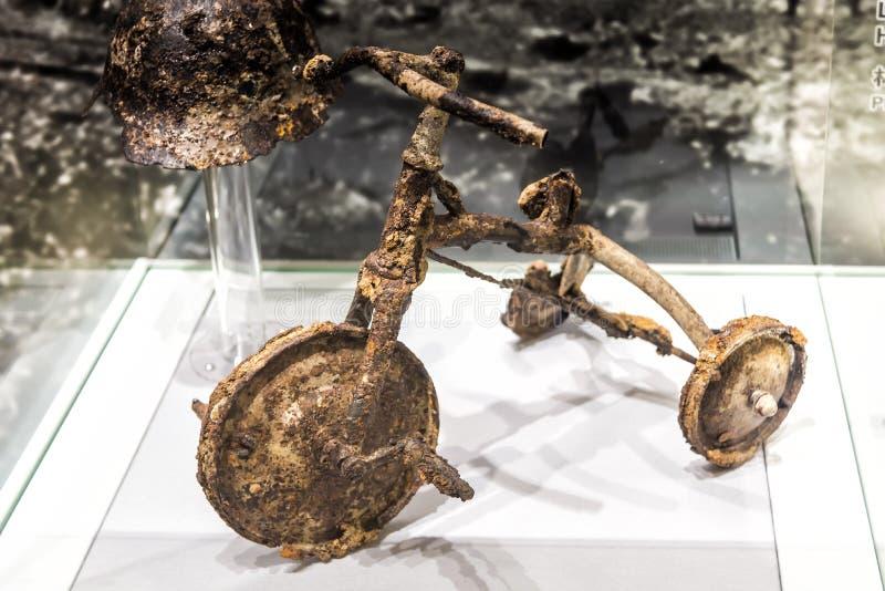 Driewieler en metaalhelm van Shinichi Tetsutani in Hiroshima, Japan wordt blootgesteld dat stock fotografie