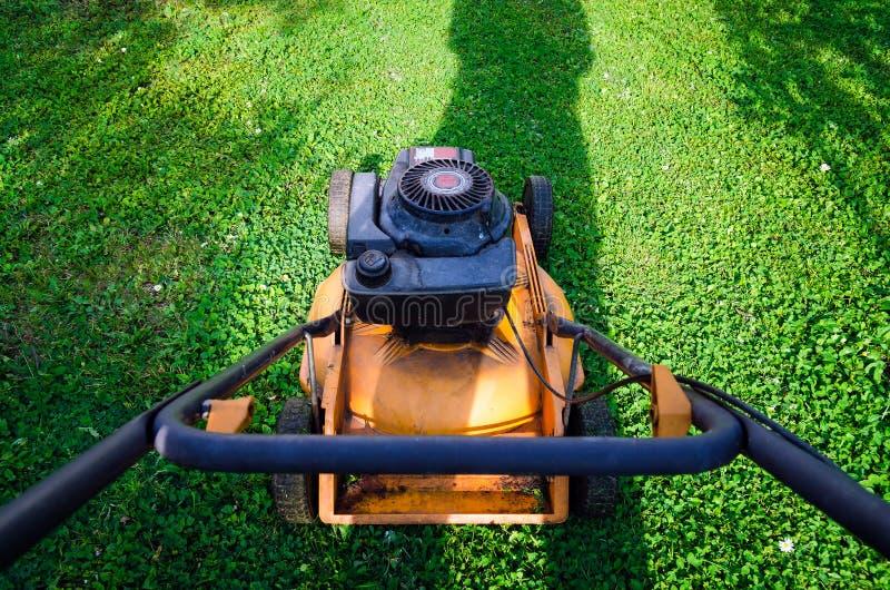 Driftig för bensingräs för gammal stil gräsklippningsmaskin arkivfoto