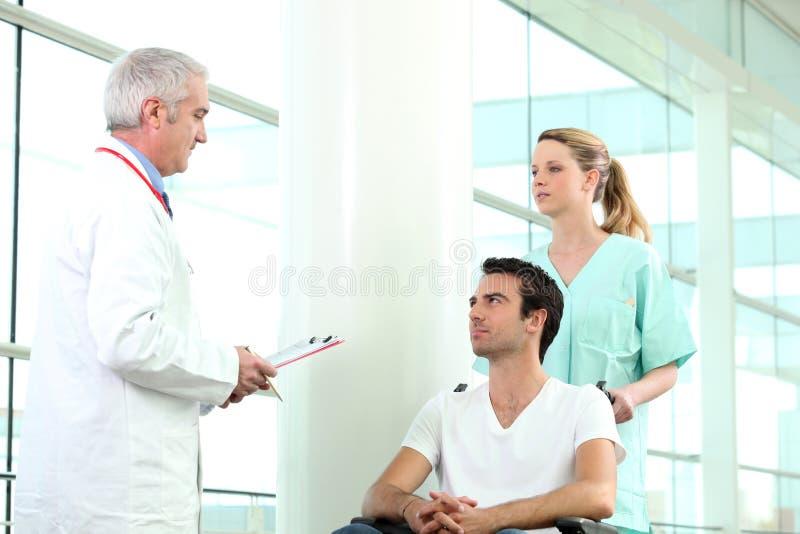 Driftig patient för sjuksköterska arkivbild