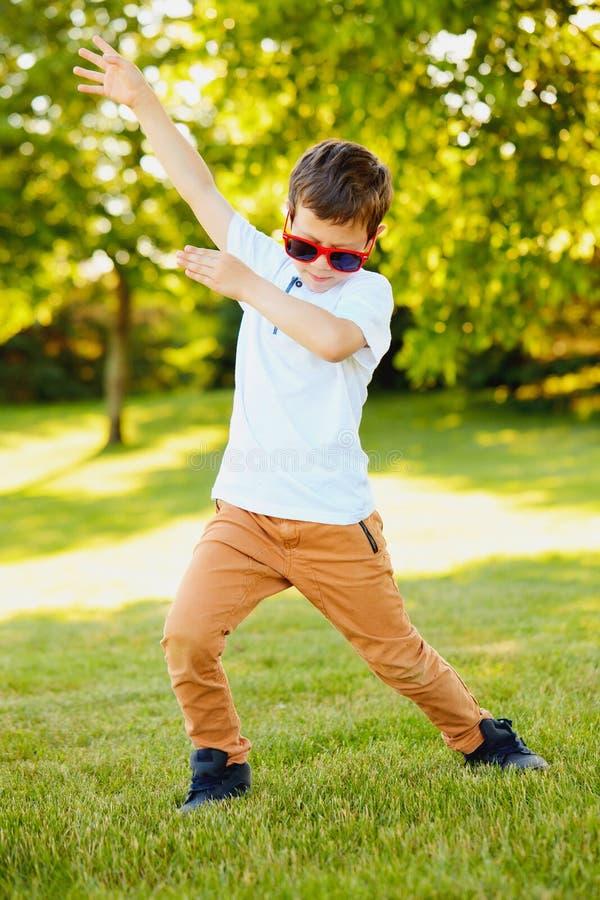 Driftig pojke i solglasögon som dansar i sommar arkivbilder