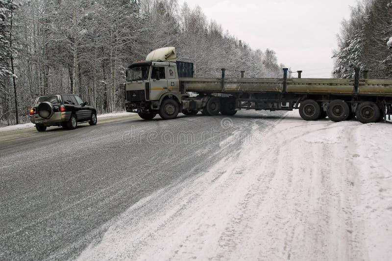 Drifton longo do caminhão a estrada do inverno fotografia de stock royalty free