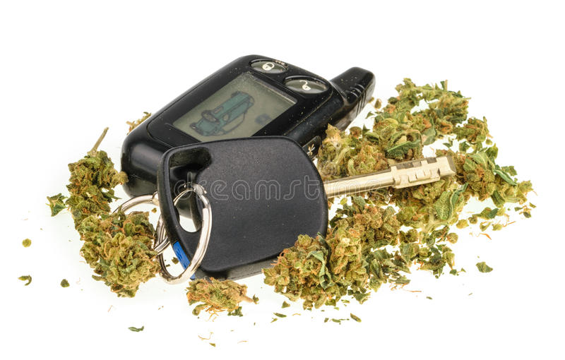 Drijfdiehoogte, marihuana en autosleutel op wit wordt geïsoleerd royalty-vrije stock afbeelding
