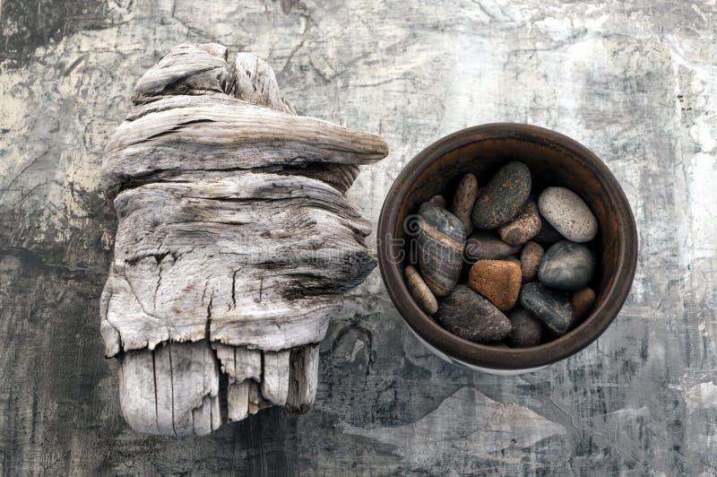Drijfhout en Stenen stock fotografie