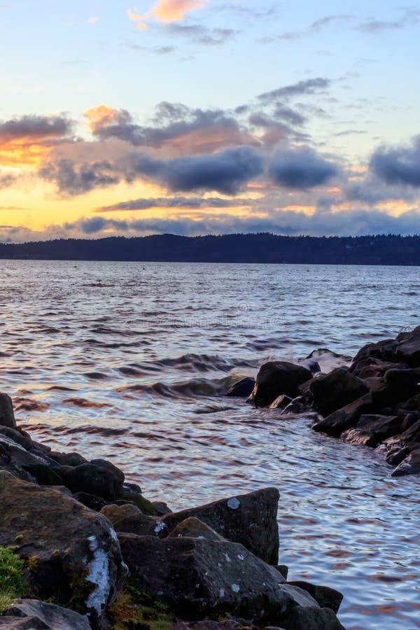 Drijfhout gevoerde oceaanafzet bij zonsondergang royalty-vrije stock fotografie