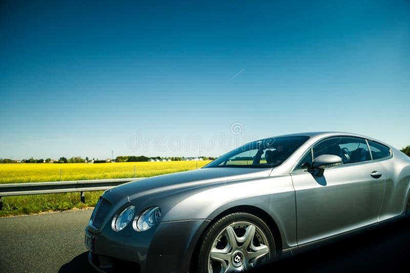 Drijven van luxe het zilveren Bentley snel op weg in Frankrijk stock foto