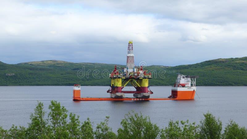 Drijvend boringsplatform in Kola Bay stock afbeelding