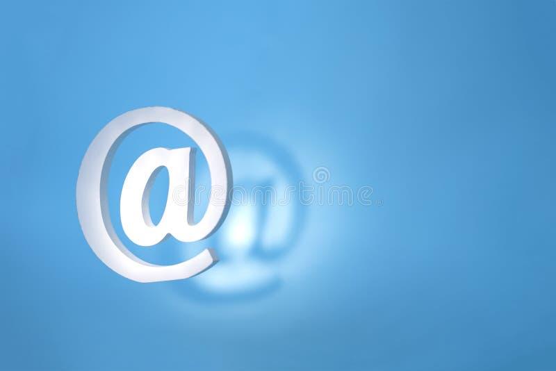 Drijvend e-mailteken op een blauwe achtergrond met echte schaduw Het concept voor e-mail, mededeling of contacteert ons royalty-vrije stock foto's