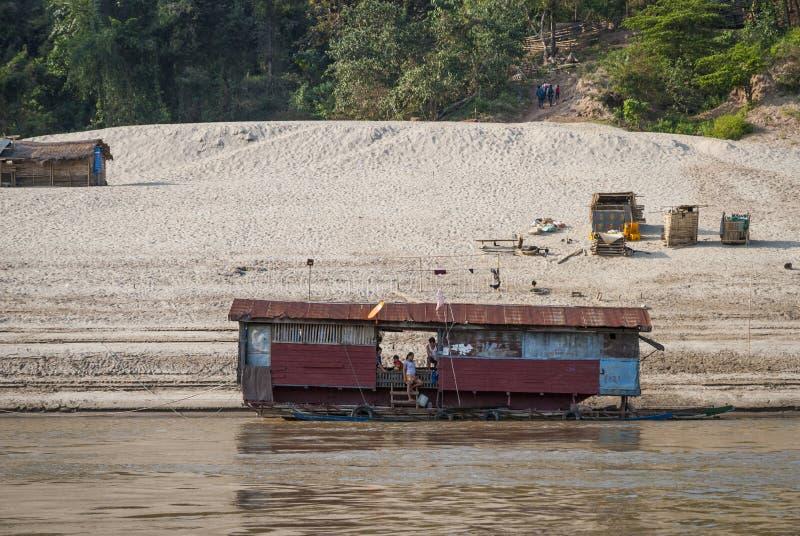 Drijvend huis bij Mekong rivier stock foto's