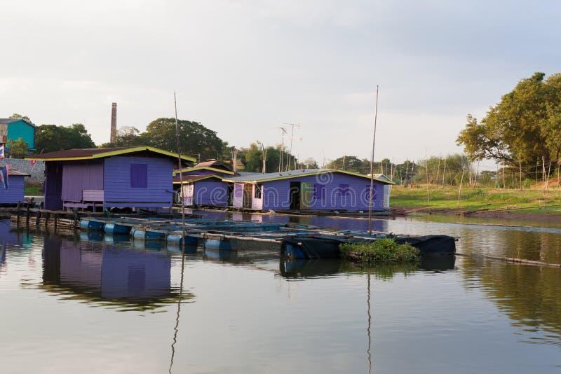 Drijvend huis bij uthai-Thani Provincie, Thailand stock afbeelding