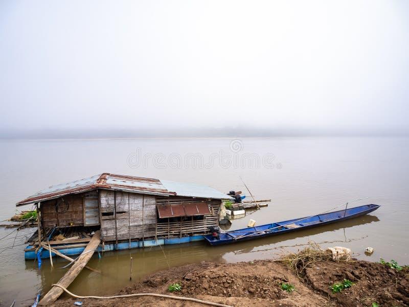 Drijvend huis op Mekong rivier in Chiangkhan stock fotografie
