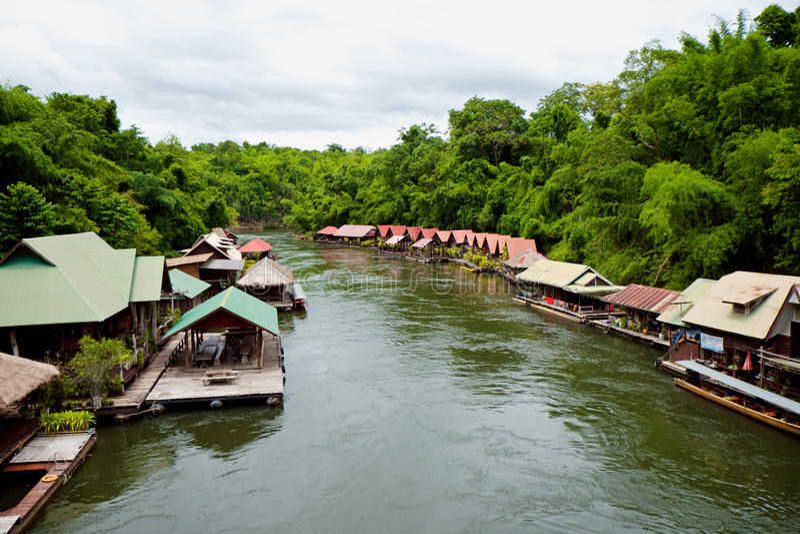 Drijvend huis over Khwae-rivier stock afbeeldingen
