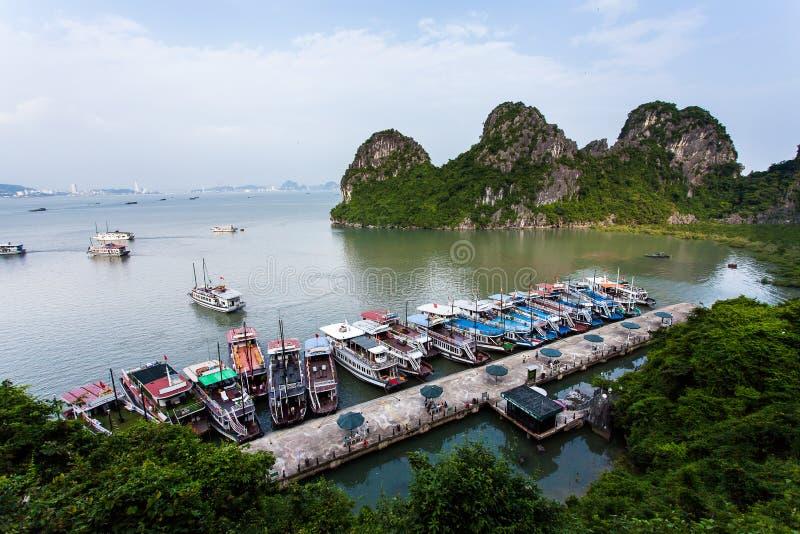 Drijvend visserijdorp en rotseiland in Halong-Baai, Vietnam, Zuidoost-Azië stock fotografie