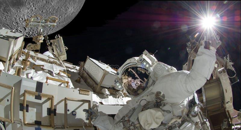 Drijvende astronaut met helder licht samengesteld beeld wat elementenhoffelijkheid van NASA stock fotografie