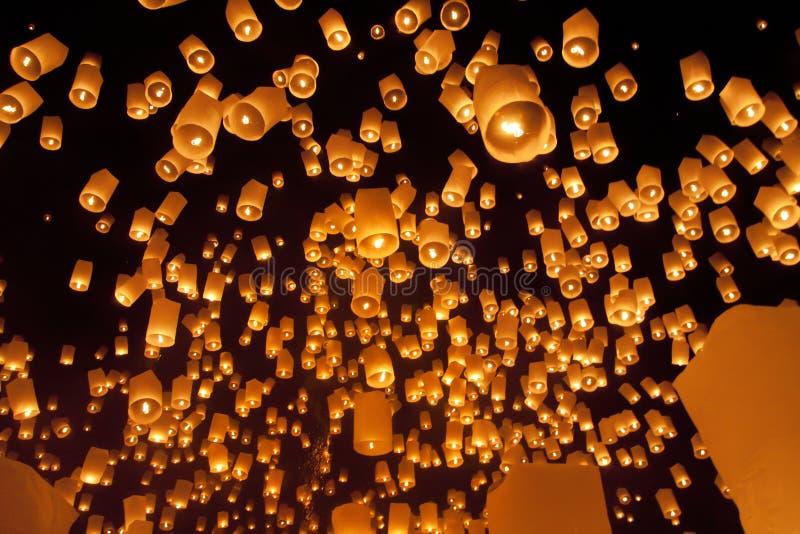 Drijvende Aziatische Lantaarns Royalty-vrije Stock Foto's